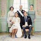 Foto oficial de Adrienne de Suecia con su padres y abuelos en su bautizo