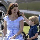 El Príncipe Jorge juega con Kate Middleton en un torneo de polo
