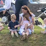 Los Príncipes Jorge y Carlota y Kate Middleton en un torneo de polo