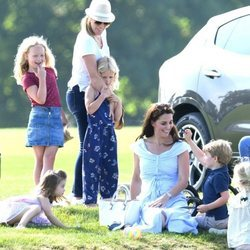 Kate Middleton y los Príncipes Jorge y Carlota con Autumn Kelly y sus hijas en un torneo de polo