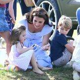 Kate Middleton junto a sus hijos Jorge y Carlota en un torneo de polo
