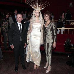 José Ortega Cano y Ana María Aldón con la modelo que vestía su diseño