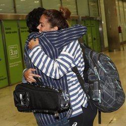 Lara Álvarez abrazando a su hermano Bosco a su vuelta a España tras 'Supervivientes 2018'