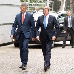 El Rey Guillermo Alejandro de Holanda llega a un seminario en Riga