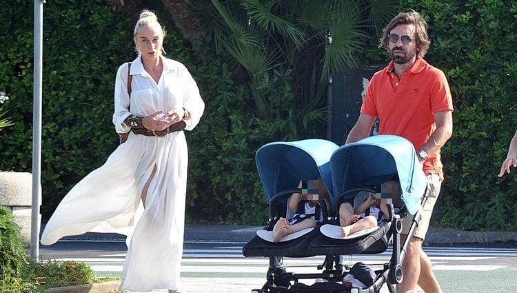 Andrea Pirlo paseando con su novia y sus hijos