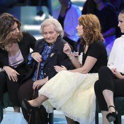 La madre de Maestro Joao, Benita, junto a Sandra Barneda en el plató de 'Supervivientes 2018'