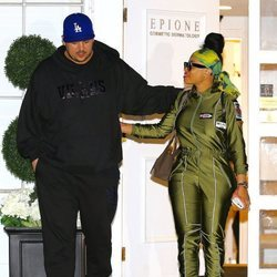 Rob Kardashian y Blac Chyna saliendo del Epione Center en Beverly Hills en 2016