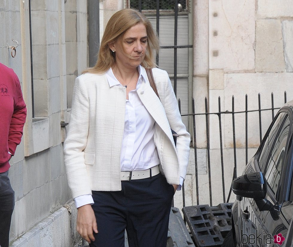 La Infanta Cristina, seria y cabizbaja tras conocerse la sentencia del Supremo sobre Iñaki Urdangarin