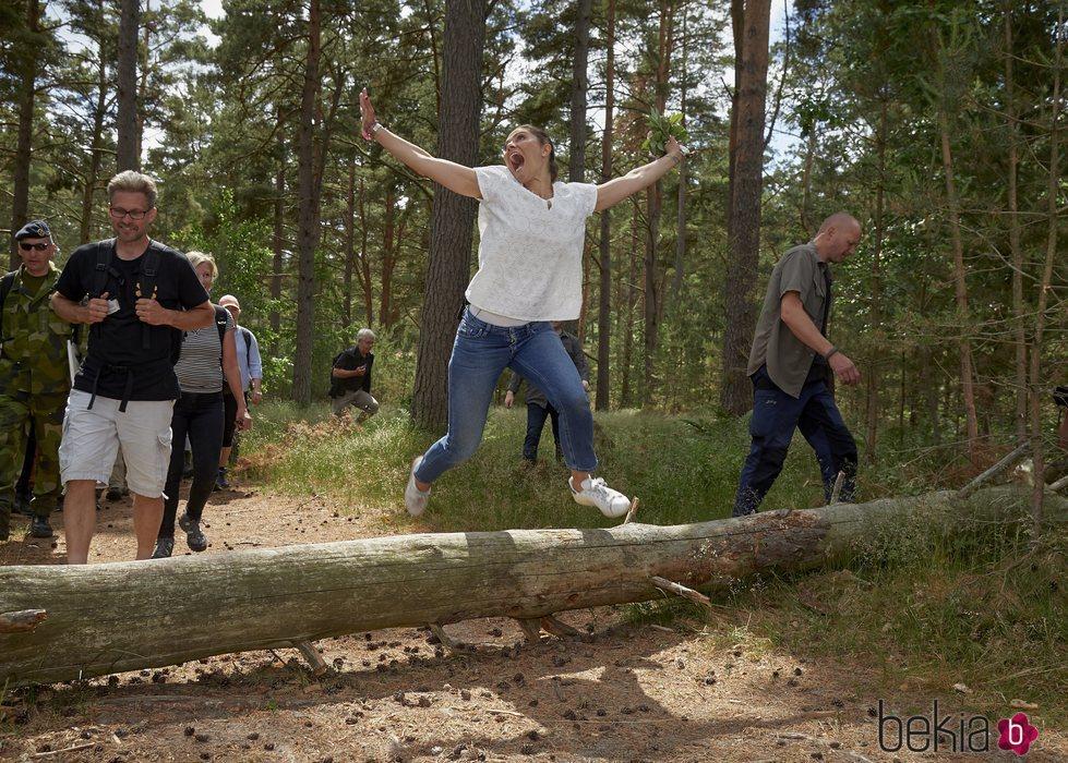 Victoria de Suecia pegando un salto en Escania