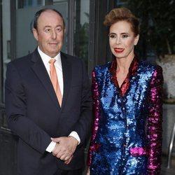 Ágatha Ruiz de la Prada y El Chatarrero posando juntos en la entrega del Premio Internacional de Periodismo de Vanity Fair