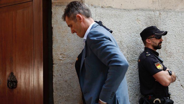 Iñaki Urdangarin recoge el mandamiento de prisión en la Audiencia de Palma