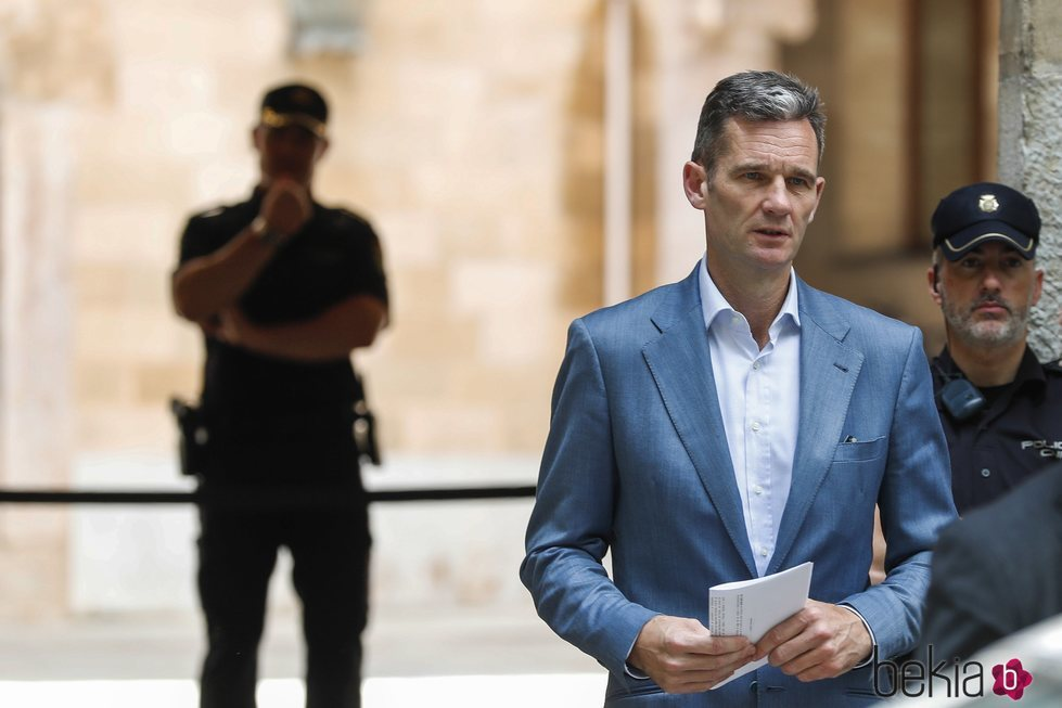 Iñaki Urdangarin con la notificación de su ingreso en prisión