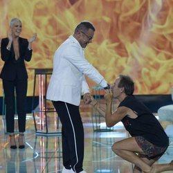 Maestro Joao besa a Jorge Javier Vázquez en la mano durante la primera gala final de 'Supervivientes 2018'