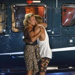 Raquel Mosquera y Sergio Carvajal se abrazan tras saber el voto de la audiencia en 'Supervivientes 2018'
