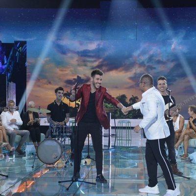 Antonio José cantando en la primera gala final de 'Supervivientes 2018'