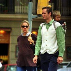 La Infanta Cristina e Iñaki Urdangarin portando a su hijo Juan en Barcelona