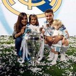 Nacho Fernández celebra la victoria del Real Madrid en la Champions junto a su mujer y sus hijos