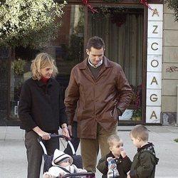 La Infanta Cristina e Iñaki Urdangarin con sus hijos Juan, Pablo y Miguel cuando eran pequeños en Vitoria