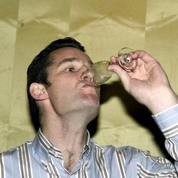 Iñaki Urdangarin bebiendo para celebrar el nacimiento de su hijo Miguel