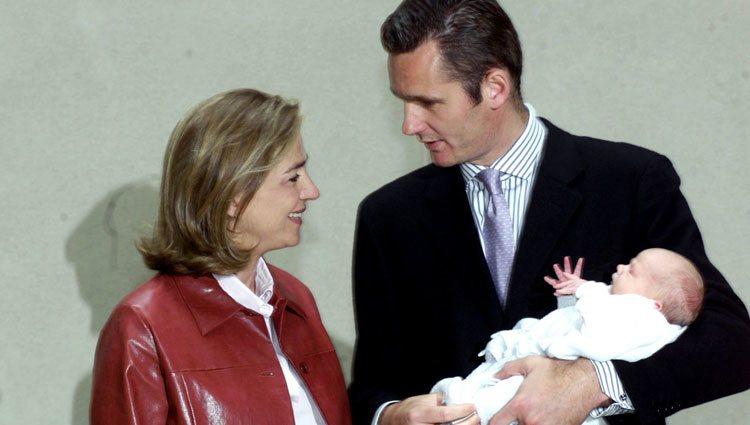 Iñaki Urdangarin sostiene a su hijo Miguel tras nacer junto a la Infanta Cristina