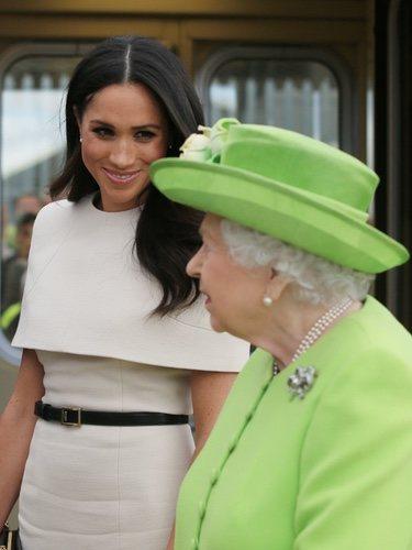 La Reina Isabel y Meghan Markle durante su visita en Cheshire