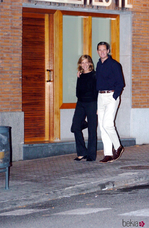 La Infanta Cristina e Iñaki Urdangarin pasean muy enamorados