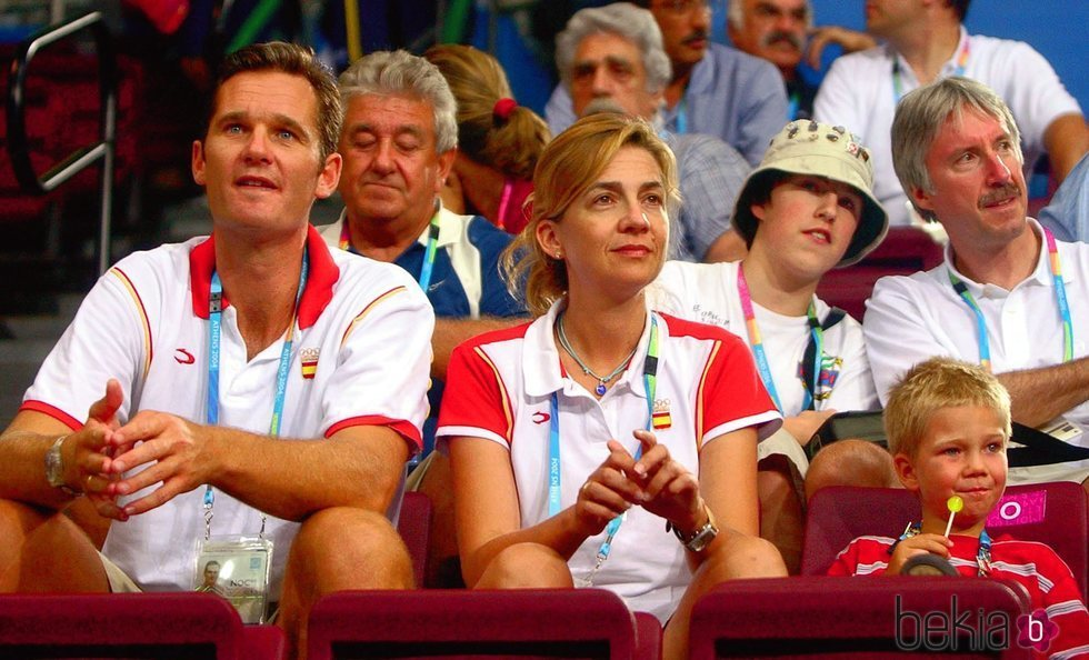 La Infanta Cristina e Iñaki Urdangarin con su hijo Juan en Atenas 2004