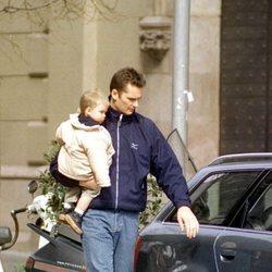 Iñaki Urdangarin con su hijo Juan en brazos antes de coger el coche