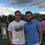 Álex y Nacho Fernández en una pista de fútbol