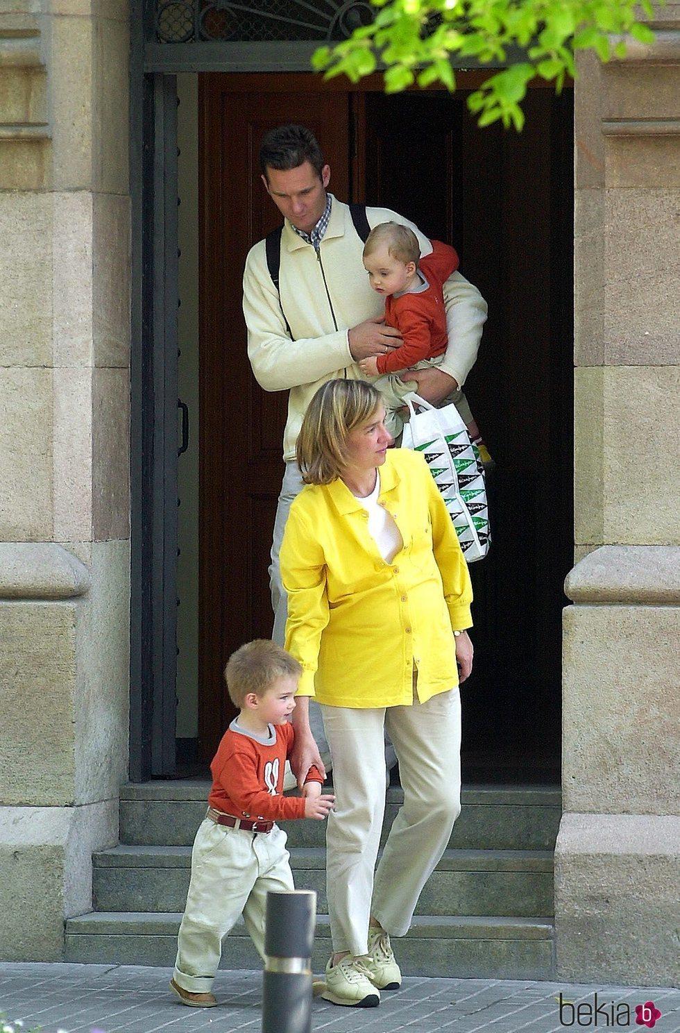 La Infanta Cristina e Iñaki Urdangarin con sus hijos Juan y Pablo Urdangarin saliendo de una iglesia