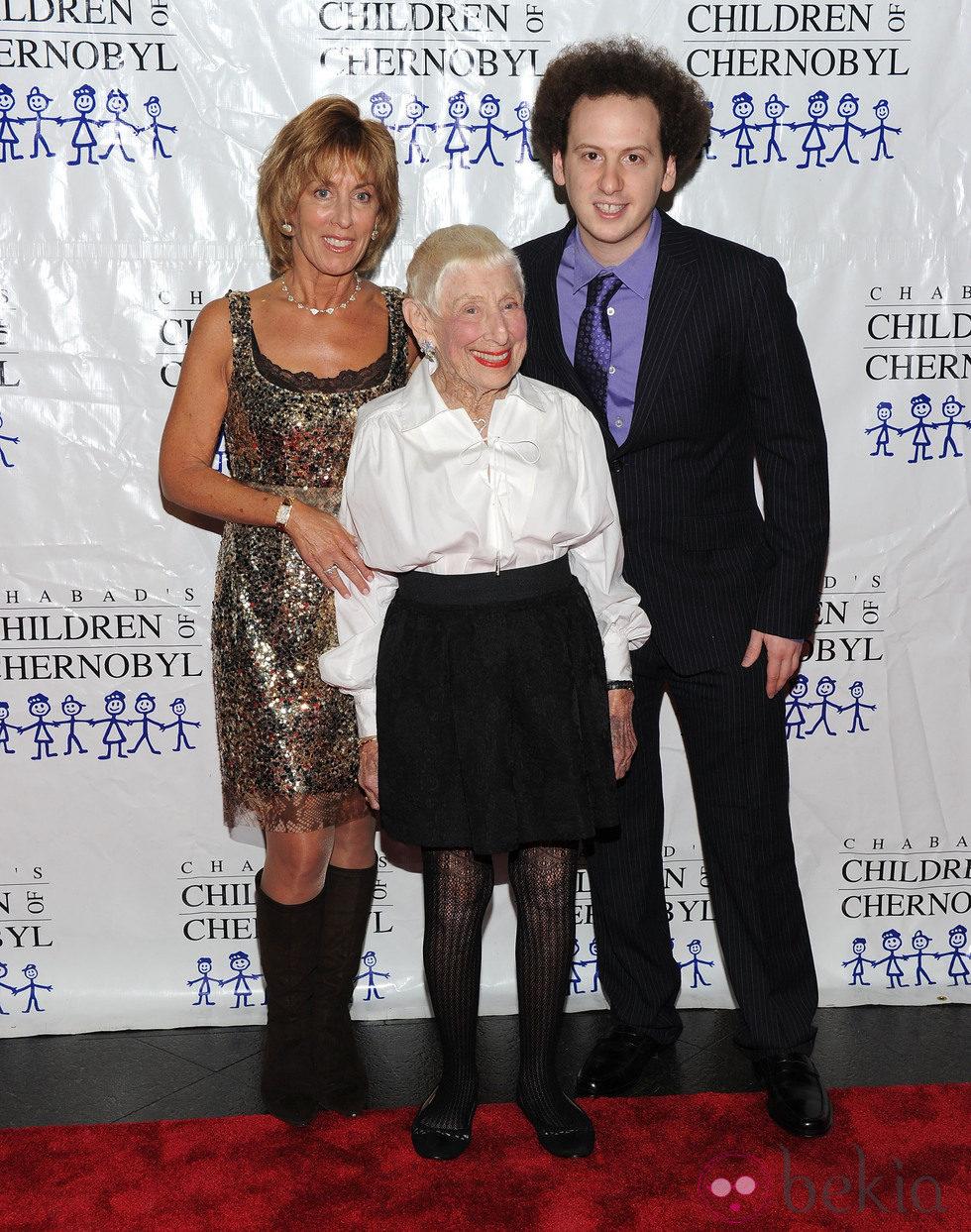 Nancy Spielberg, Leah Adler y Josh Sussman en la gala 'Children at heart'