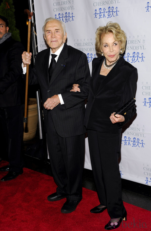Kirk Douglas y Anne Buydens en la gala 'Children at heart'