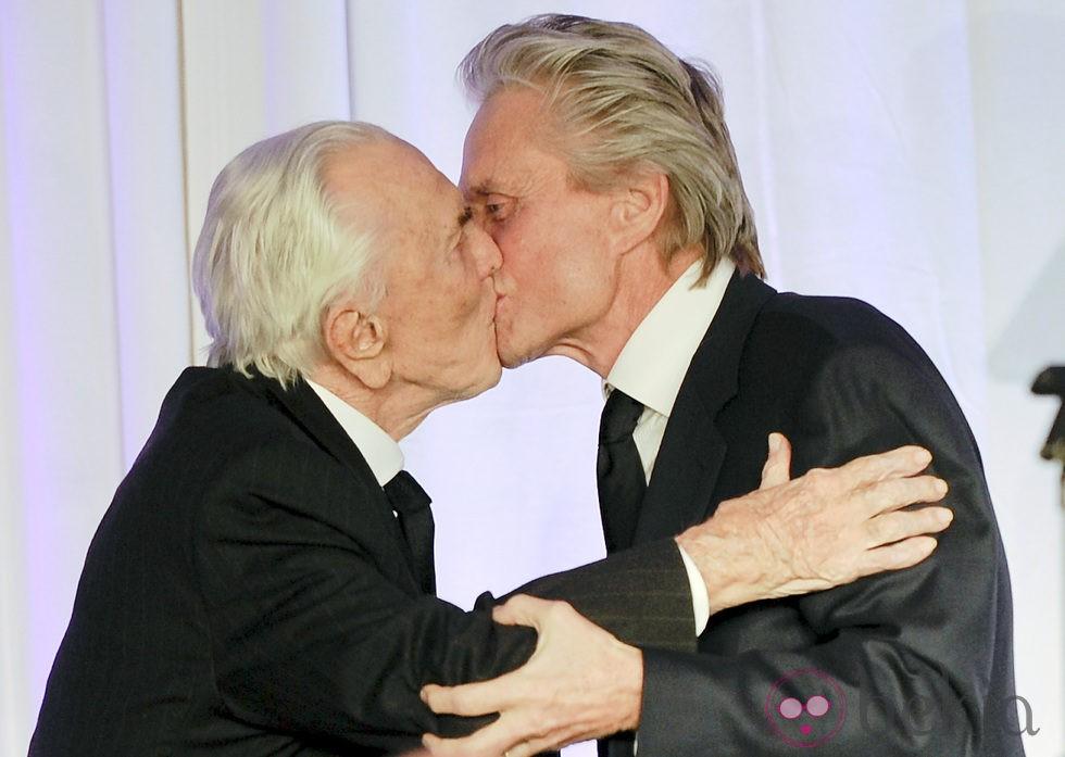 Kirk y Michael Douglas se besan en la gala 'Children at heart'