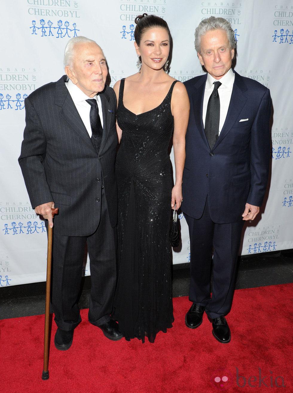 Kirk Douglas, Catherine Zeta Jones y Michael Douglas en la gala 'Children at heart'