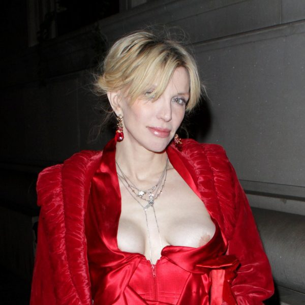 courtney love ense u00f1a un pecho en un descuido