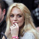 Lindsay Lohan con su pulsera Power Balance en rosa