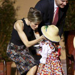 La Princesa Letizia, cariñosa con una niña en una cena de gala en Chile