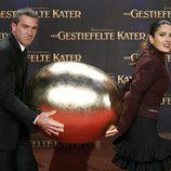 Antonio Banderas y Salma Hayek transportan un huevo en el estreno de 'El gato con botas' en Berlín