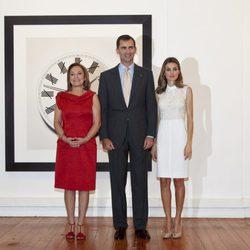 Cecilia Morel y los Príncipes Felipe y Letizia en la exposición de Chema Madoz en Chile
