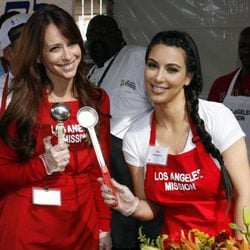 Kim Kardashian y Jennifer Love Hewitt solidarias en Acción de Gracias