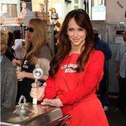 Jennifer Love Hewitt cocinando para los más necesitados