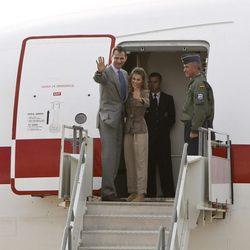 Los Príncipes Felipe y Letizia saludan antes de dejar Chile