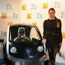 Claudia Ortiz en la presentación de un coche eléctrico