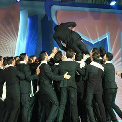 Los finalistas mantean a Diego Otero, Mister España 2011