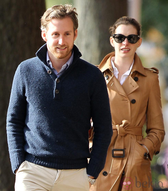 Anne Hathaway y su prometido, Adam Shulman