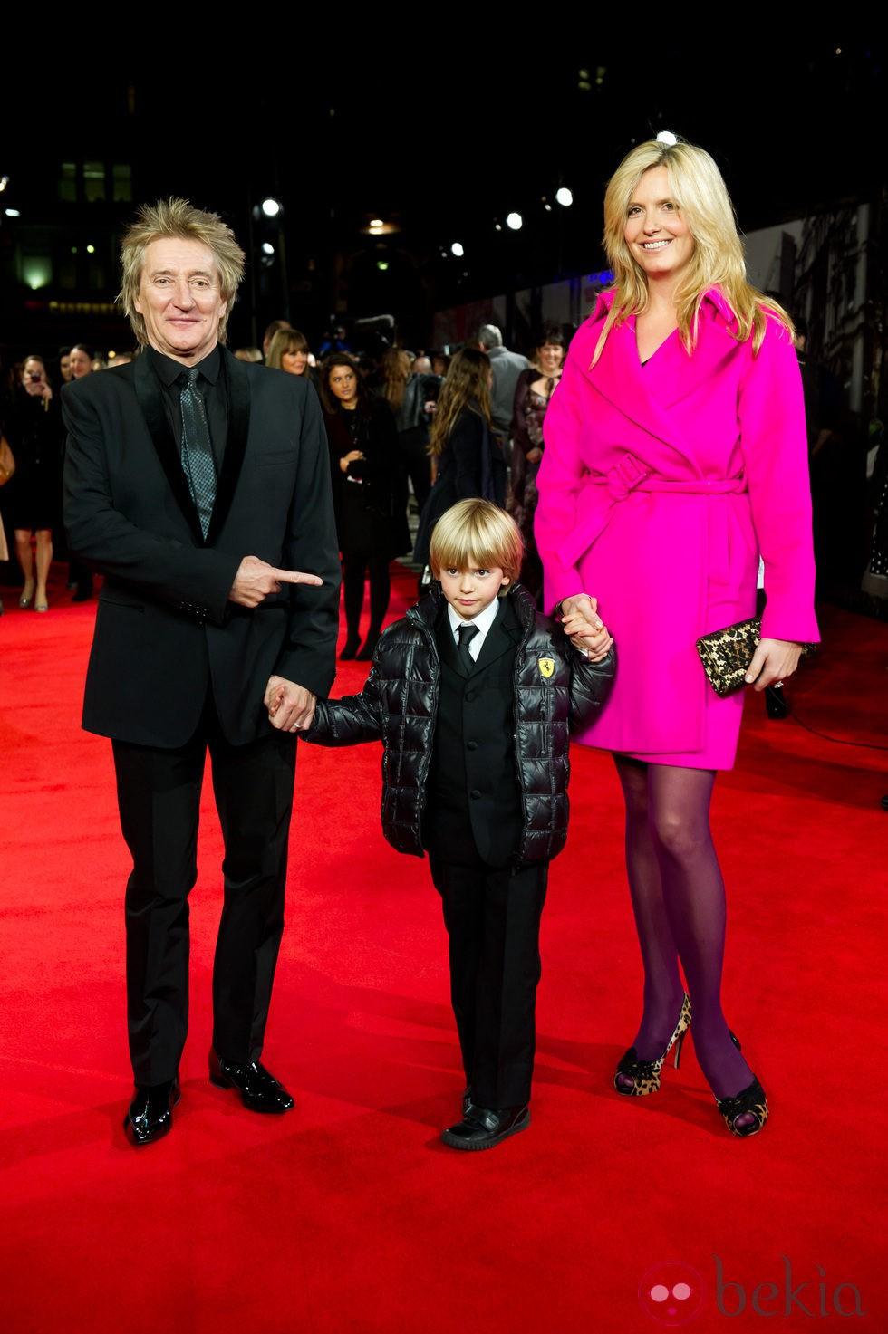 Rod Stewart, Penny Lancaster y su hijo Alastair en el estreno de 'Hugo' en Londres