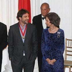 Javier Bardem y la Reina Sofía en la 2011 Gold Medal Gala