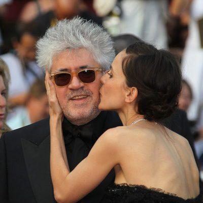 Elena Anaya besa cariñosamente a Pedro Almodóvar
