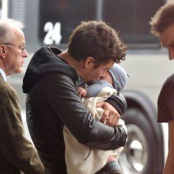 Orlando Bloom besa a su hijo Flynn