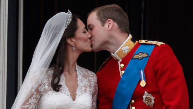 El beso de Guillermo de Inglaterra y Kate Middleton el día de su boda
